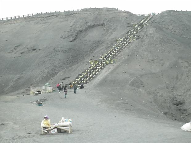 Anak tangga yang harus dinaiki sudah nampak di depan mata, +- 250 anak tangga