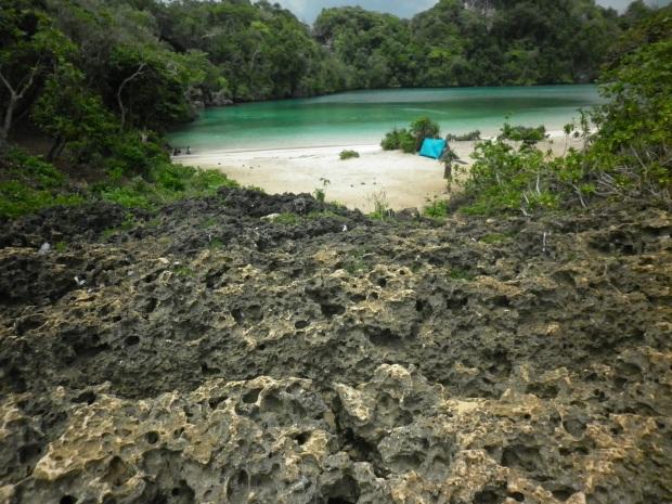 Laguna biru nampak utuh dilihat dari batuan karang